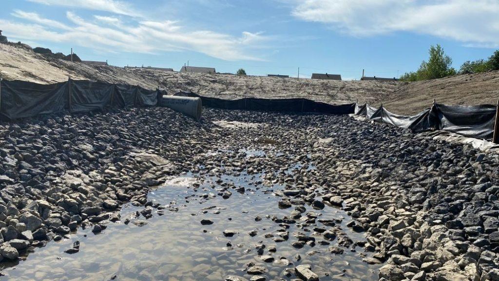 Un bassin de rétention en cours de construction commence déjà a collecter de l'eau de pluie