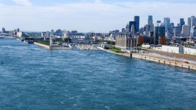 Fleuve Saint-Laurent à la hauteur de Montréal. On voit Le Vieux-Port de Montréal.